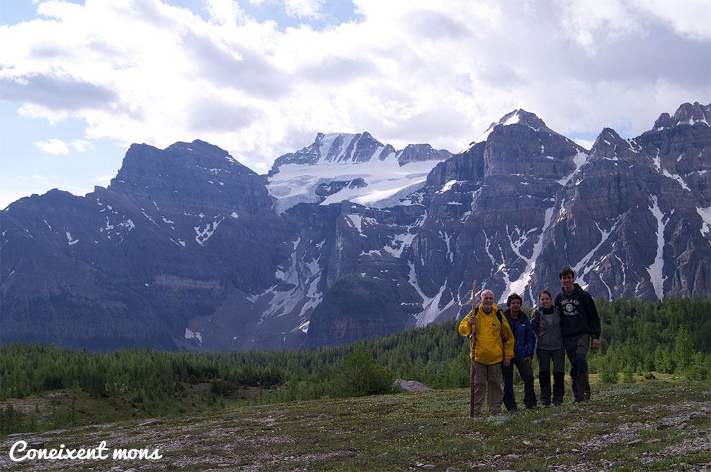 Seguint la recomanació dels parcs, formem grup de quatre per extremar la precaució amb els ossos. It was a great trail! Peter, Jee, Ester i Marc - Banff National Park - Alberta